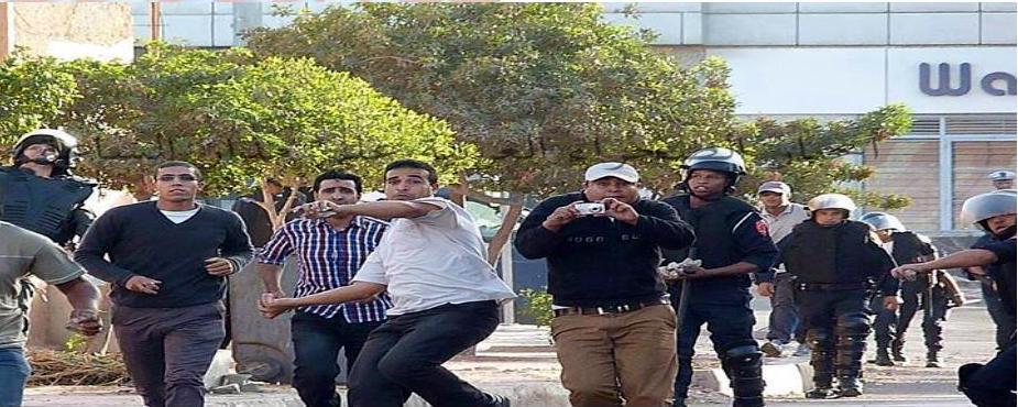 Imagen de la policia Marroqui uniformados y vestidos de civiles atacando con piedras a los Saharauis.