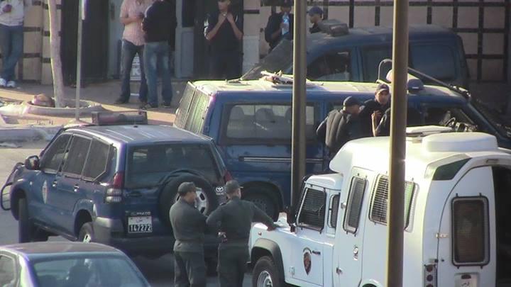 Imagen de la policia uniformados y vestidos de civil y las fuerzas auxiliares bloqueando las calles, imagen por AdalaUK