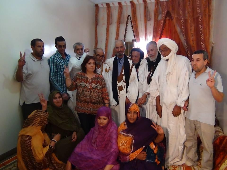 imagen de la miembro de Adala Isabel junto a los miembros de cordenacion de gdim Izik.